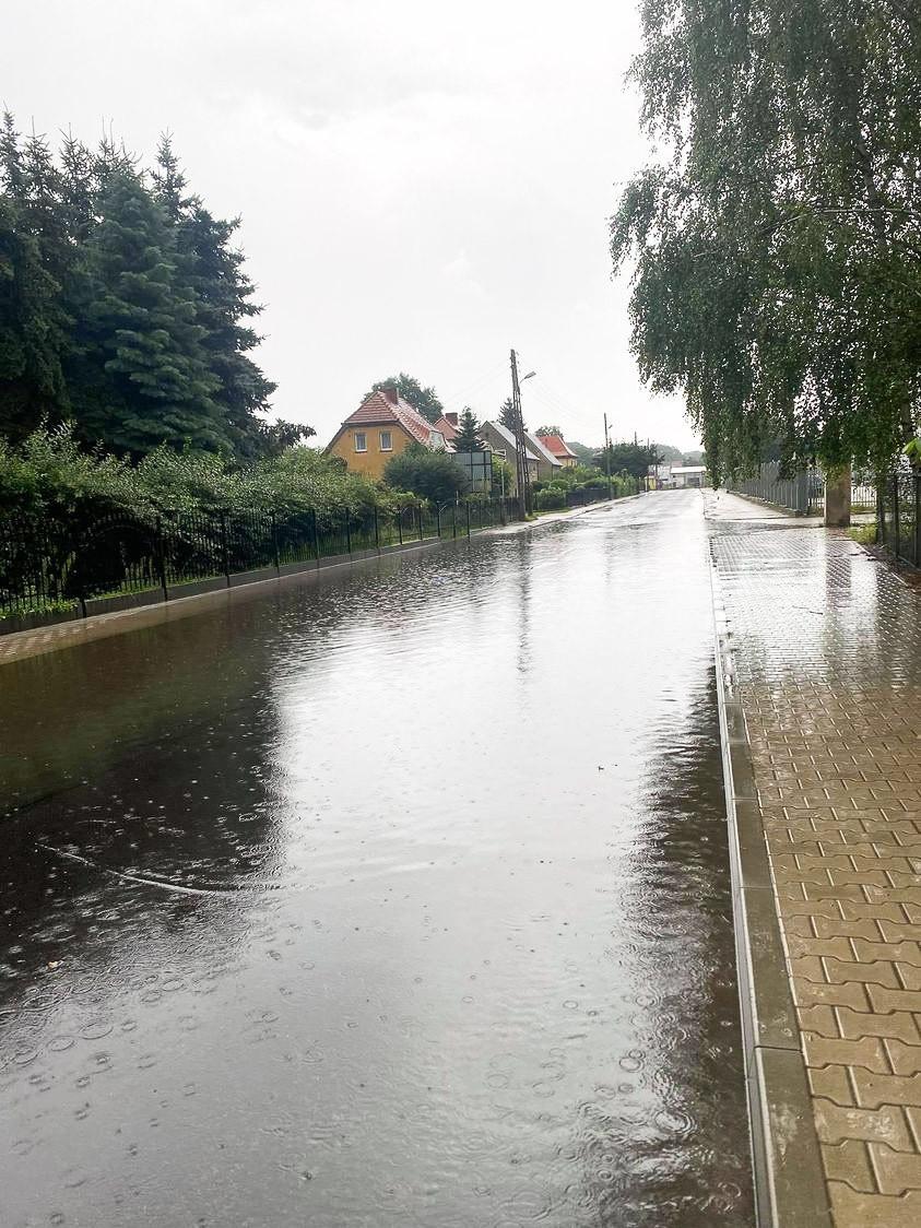 Ulica Mostowa po ulewie 26 lipca 2021