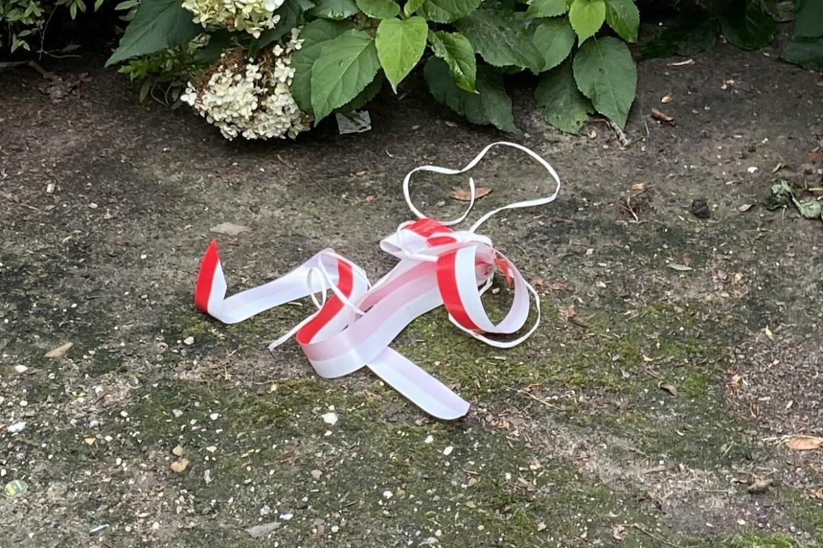 Wstążka, którą kobieta wyrzuciła na trawnik