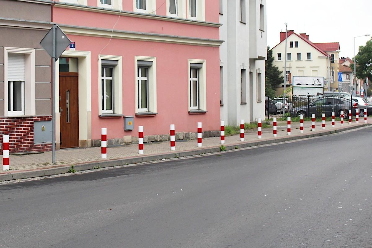 Słupki na chodniku przy ulicy Piaskowej