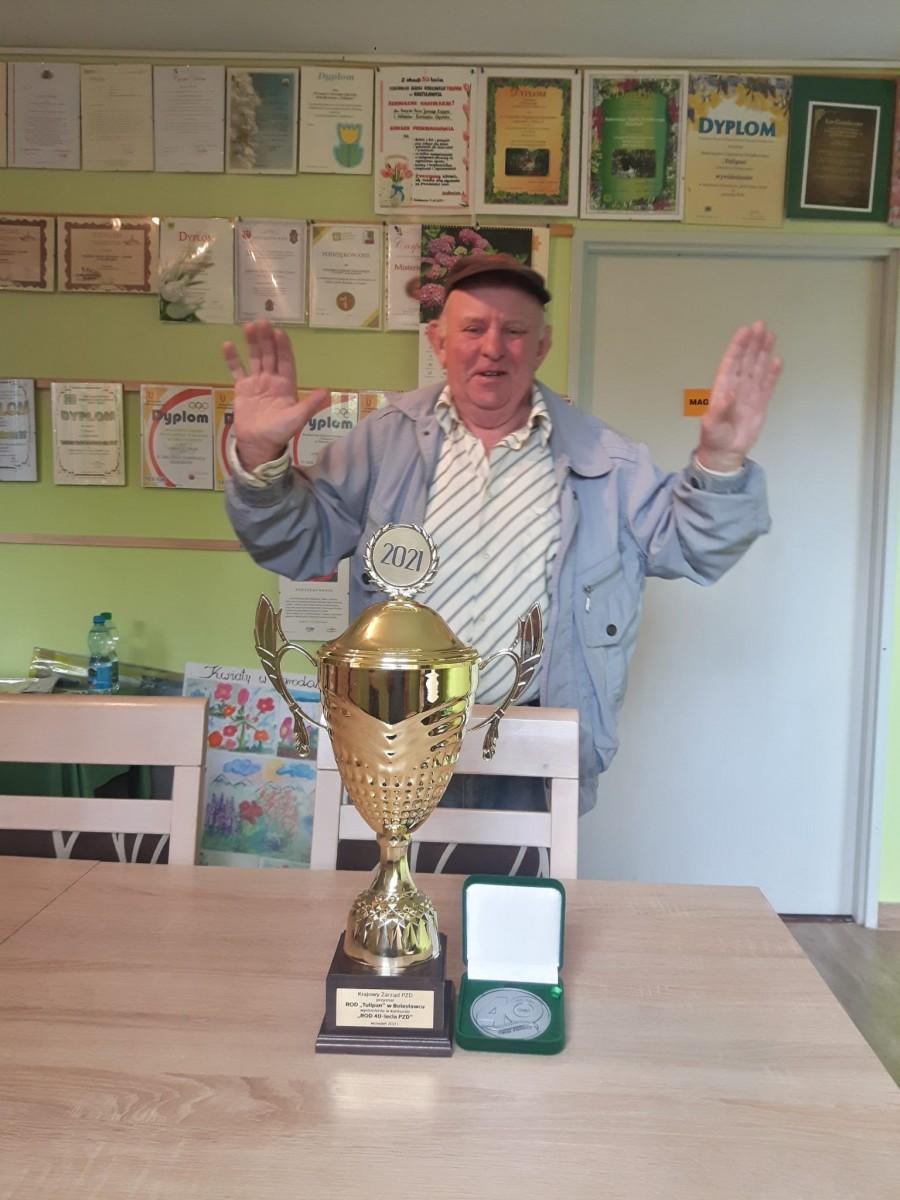 Jerzy Zając z pucharem i medalem