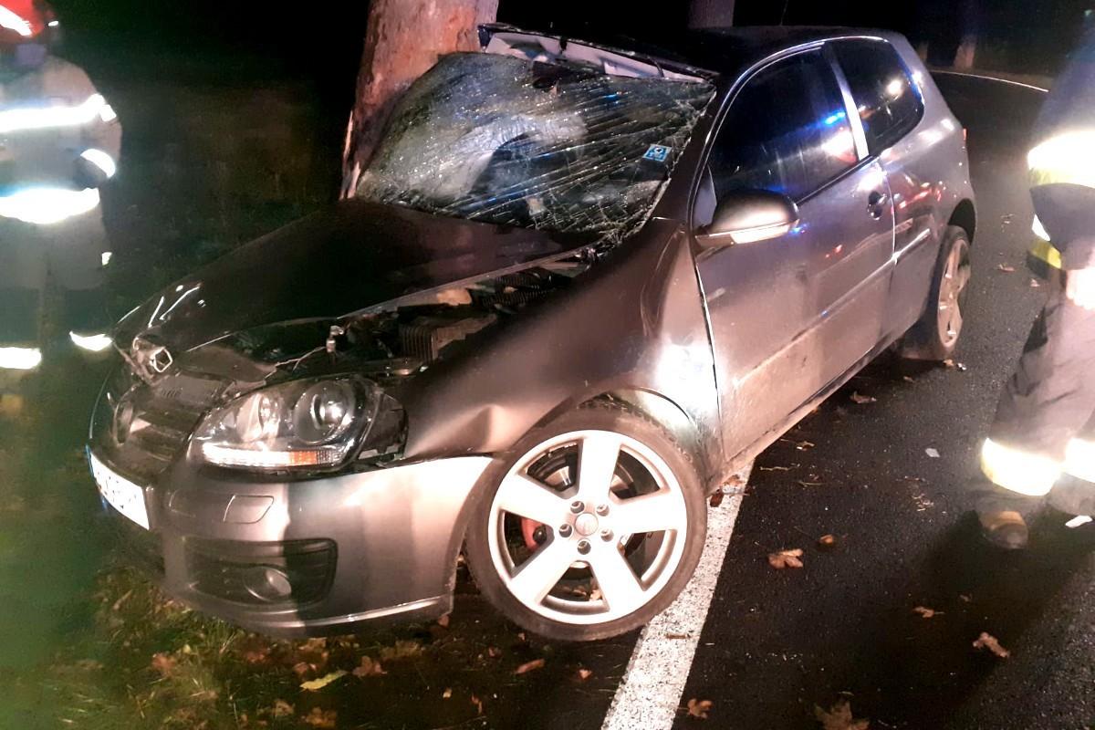 Auto uderzyło w drzewo w Zebrzydowej